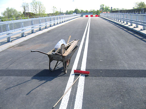 Otwieraj� krowi mostek w Kobia�ce