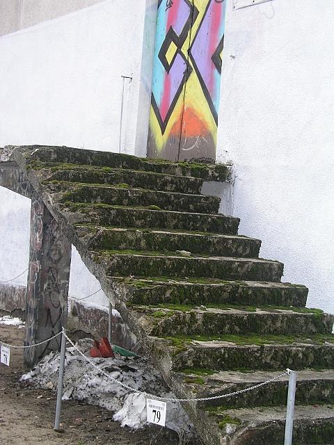 """Ruina szko�y przy Z�otej: tu kr�cono """"Czterdziestolatka"""""""