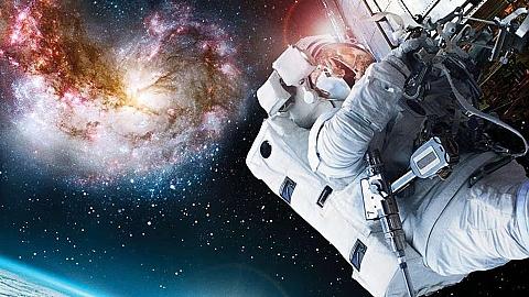 Bia�o��ka odkrywa kosmos w Kobia�ce