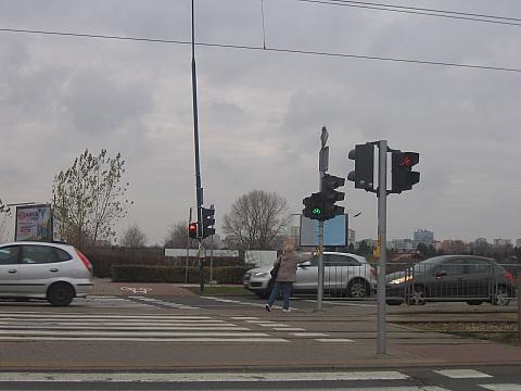 Przez ulicê ko³o Carrefoura: biegiem na migaj±cym zielonym