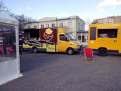 Zlot food truck�w przed Wola Parkiem