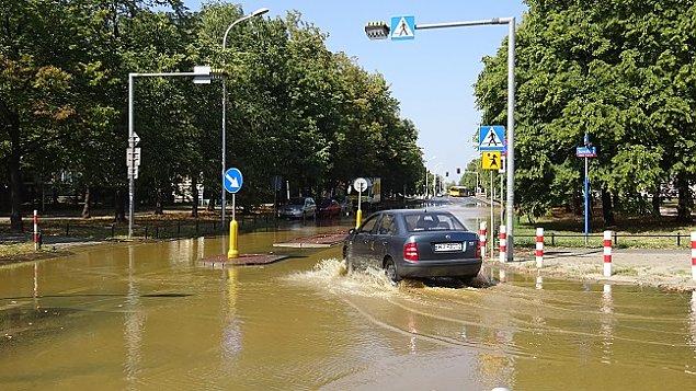 Katastrofa wodoci�gowa na Br�dnie. Jedna osoba ranna