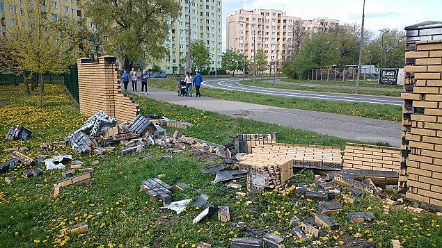Wypad� z jezdni, zniszczy� ogrodzenie szko�y i mural