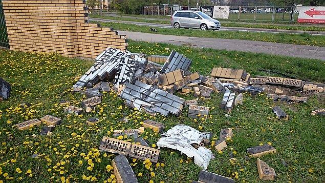 Wypad³ z jezdni, zniszczy³ ogrodzenie szko³y i mural