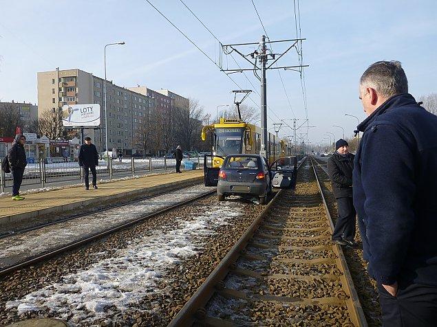 Przejecha³ po torach 50 metrów, zablokowa³ tramwaje