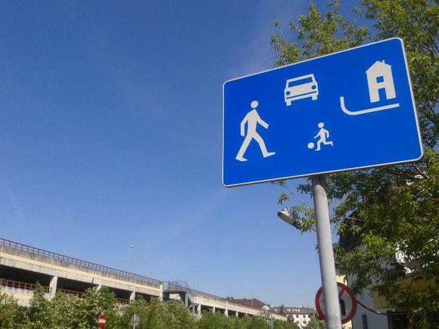 Piêciolatek sam miêdzy autami. Jak ¿yæ w strefie zamieszkania?