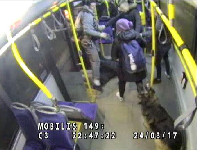 Pobicie w autobusie na M³ocinach. Policja szuka m³odych sprawców
