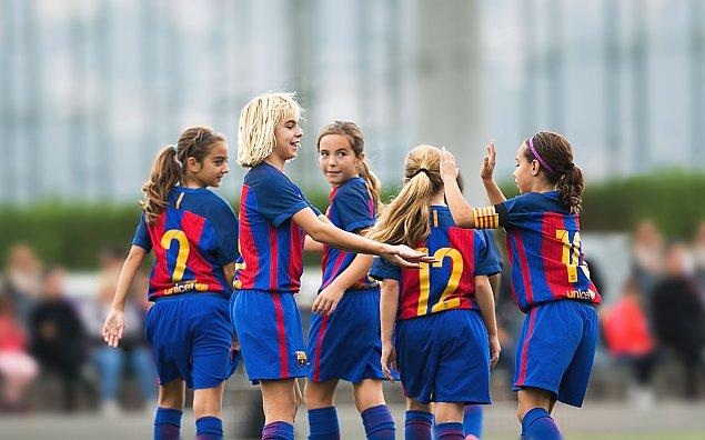 Dziewczynki te¿ mog± zagraæ w FC Barcelona