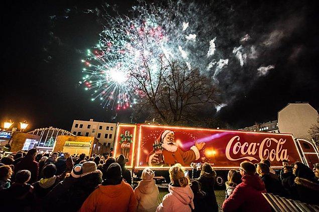 �wi�teczna ci�ar�wka Coca-Coli na legionowskim rynku