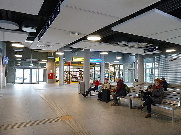 Dworzec od¿y³. Jest kawiarnia, s± bilety kolejowe