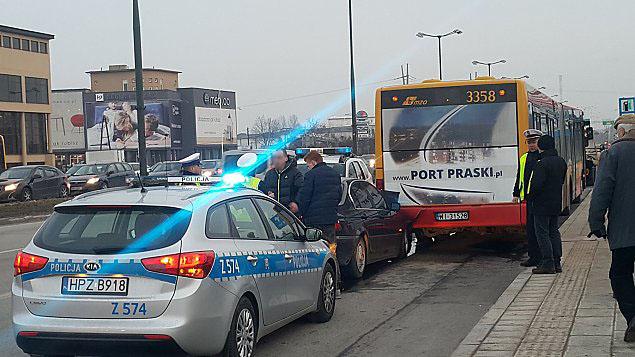 BMW kontra autobus. Zderzenie w godzinach szczytu