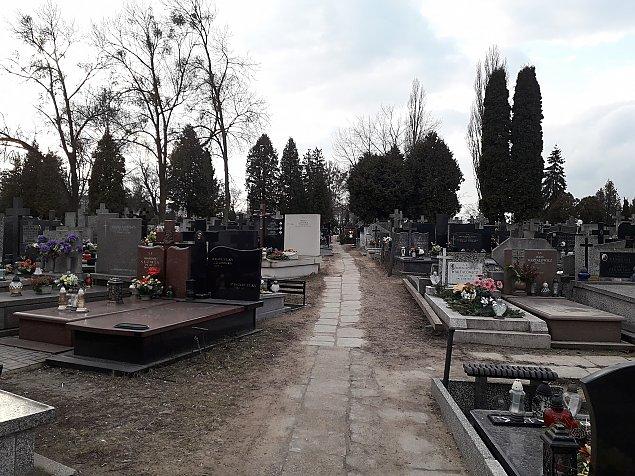 Cmentarz w�r�d blok�w. Tu spoczywa ikona piosenki