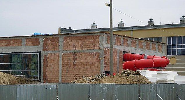 Basen na Piaskach coraz wiêkszy. Kiedy otwarcie?