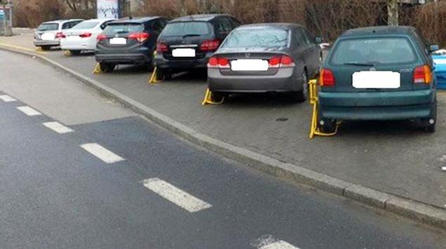 Aut przybywa, parkingów ubywa. Stra¿ miejska ma ¿niwa