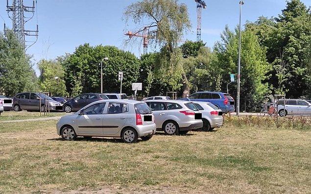Przyje¿d¿aj± na komuniê, parkuj± w parku