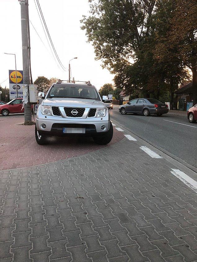 Bat na kierowc�w. S�upki na Mszczonowskiej