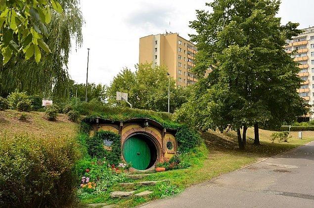"""Domki jak z """"Hobbita"""". Podziemne kluby s±siada?"""