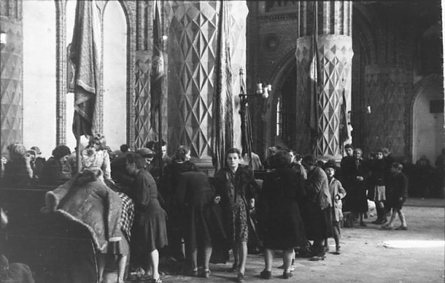 """""""Zwa³y trupów do wysoko¶ci metra"""". Horror roku 1944"""