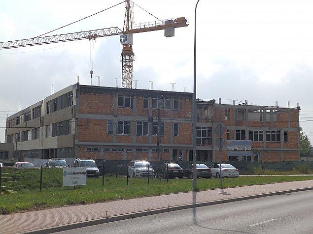 W nowej szkole hula wiatr. Kiedy wznowi� budow�?