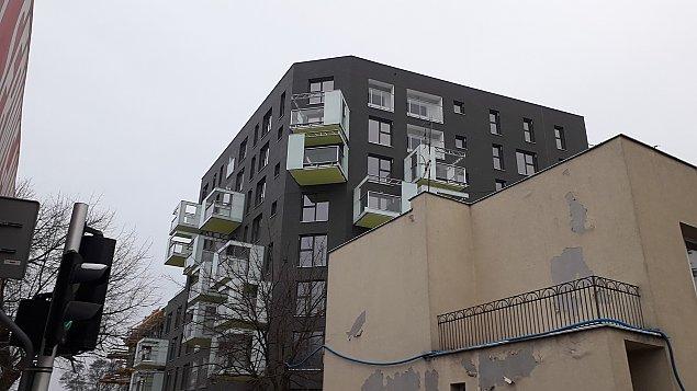 """Osobliwy blok na Br�dnie. """"Oryginalne miejsce na mieszkanie"""""""