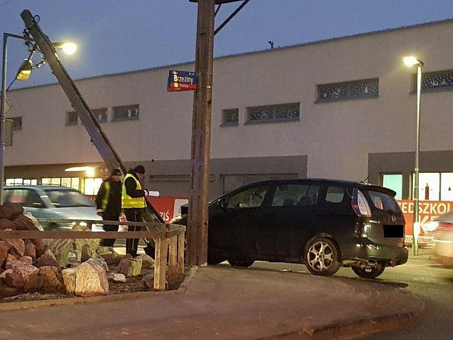 Ostr�dzka: auto na s�upie, trzy osoby ranne