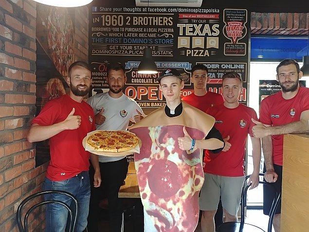Entuzja�ci pizzy zagrzewaj� do boju legionowskich pi�karzy