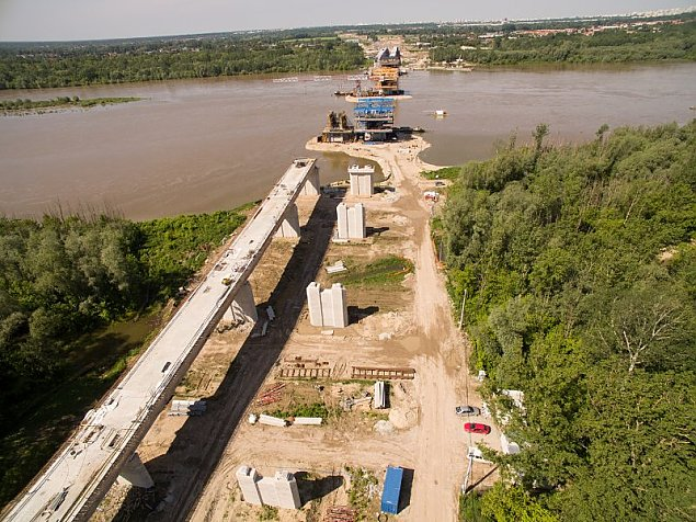 Bo woda by�a za wysoka. Budowa mostu op�niona