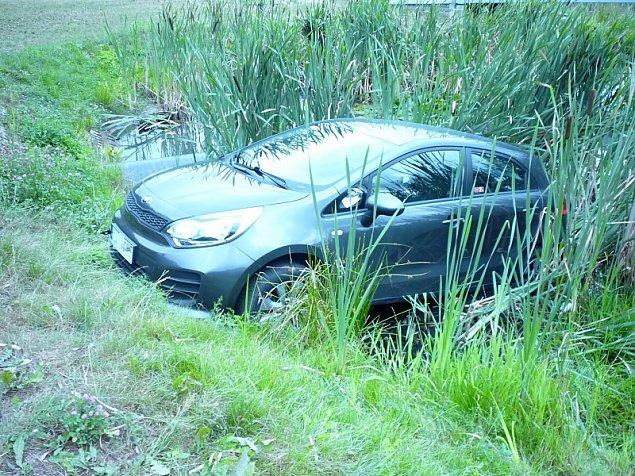 Trudny poranek kierowcy. Wjecha� do jeziora