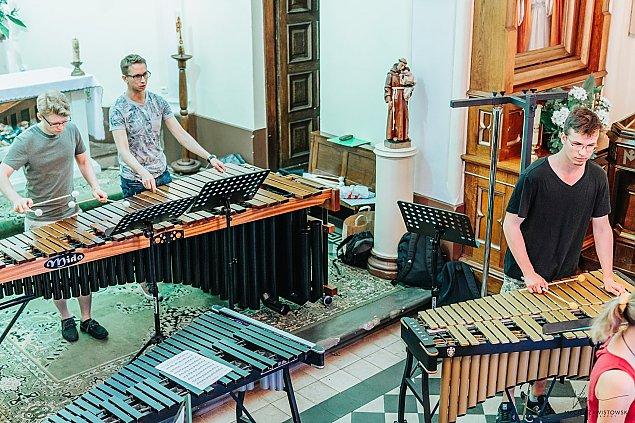 Moniuszko na ch�r, orkiestr� perkusyjn� i malunki �wietlne