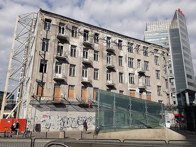 Nowy symbol Warszawy. Rudera mi�dzy wie�owcami