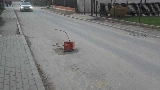 """Buduj� kanalizacj� w Wawrze. """"Jaki� pr�t wystaje z ulicy"""""""