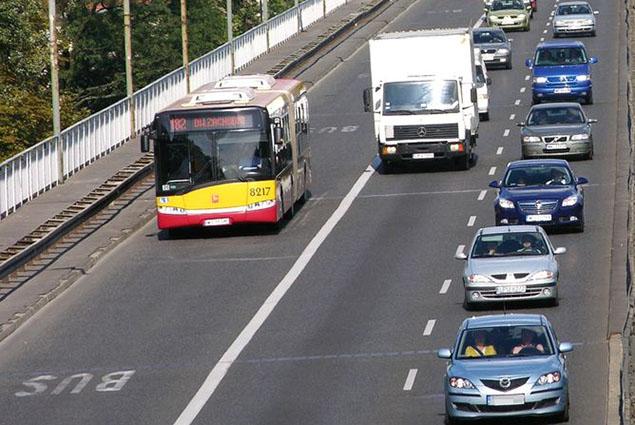 Samochody wjad� na buspasy. Nowy pomys� premiera