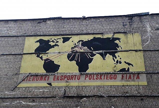 Rozbi�rka starego biurowca FSO. Ods�oni�to zapomniany mural