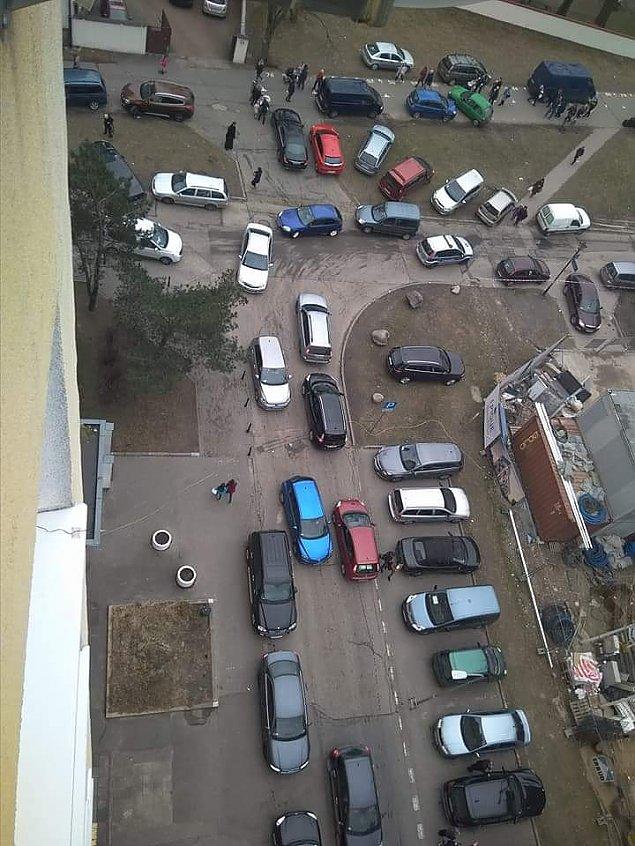 """Miasto zbuduje parking przy ko�ciele na Wawrzyszewie? """"Wierni blokuj� chodniki"""""""