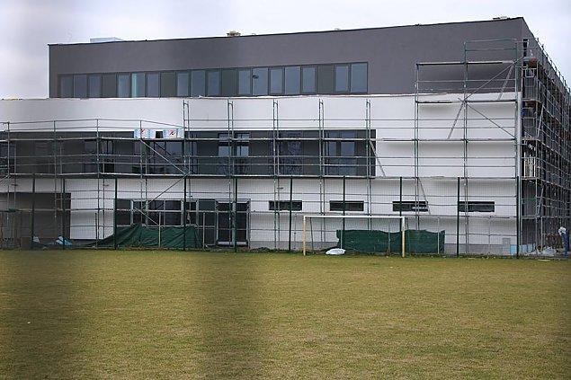 Budowa hali sportowej w Chotomowie na finiszu. Kiedy otwarcie?