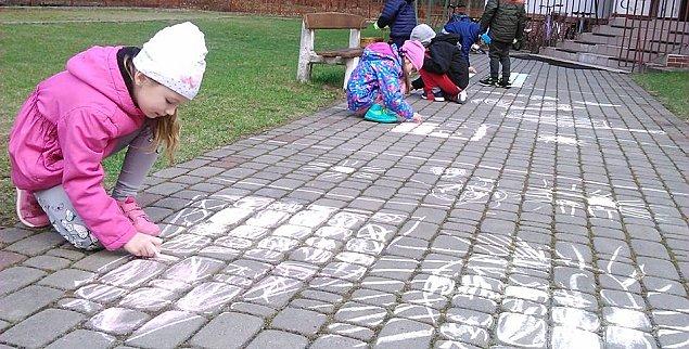 """Malowanie kred± po chodniku """"dewastacj±"""". Absurdalna reakcja ochrony osiedla"""