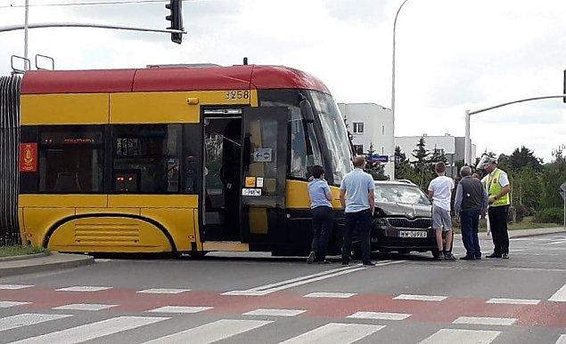 Tarchomin: Kierowca wjecha� pod tramwaj