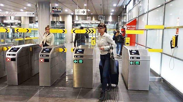 """Wr�ci� problem z wej�ci�wkami do metra. """"Korzystajcie z kod�w QR"""""""