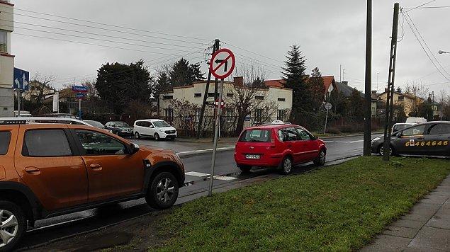 """Niebezpiecznie na Cz�uchowskiej. """"Skrzy�owania s� zastawione samochodami"""""""