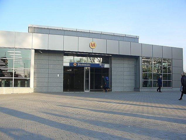 """Akcja policji na stacji metra S�odowiec. """"Oszuka� 125 os�b"""""""