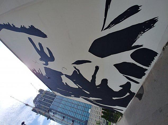 Wola ma kolejny mural. Na Warszawê patrzy z góry Jacek Kuroñ