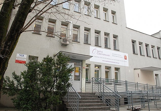 Martwy mężczyzna przed Szpitalem Czerniakowskim