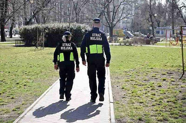 Dwóch nastolatków spêdzi³o noc na ³awce w parku Olszyna