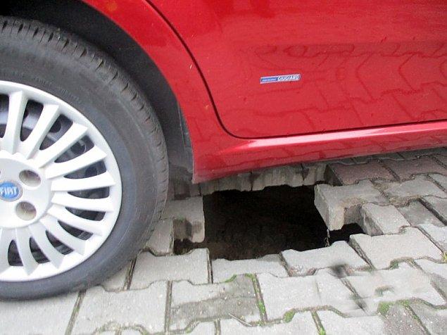 Akcja stra¿aków na Jelonkach. Auto niemal.. zapad³o siê pod ziemiê