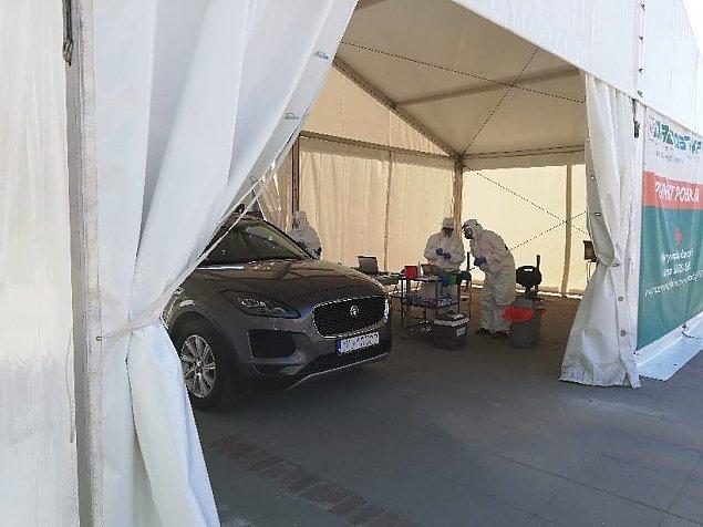 Test na koronawirusa bez wychodzenia z auta. Punkt mobilny w Legionowie