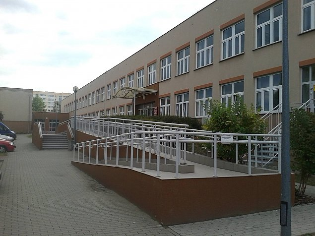 """Szko³a dzieli budynek z OPS. """"Dzieci ucz± siê w klasach bez okien"""""""
