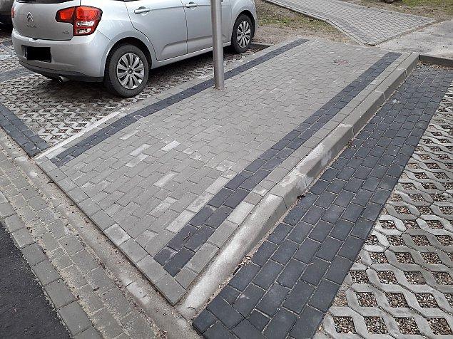 Nowy chodnik na Jelonkach ju¿ przeszed³ do historii. Dla pieszych czy dla ¶mieciarek?