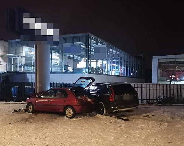 Nocny po¶cig zakoñczony na s³upie przy P³owieckiej. Trzy samochody rozbite