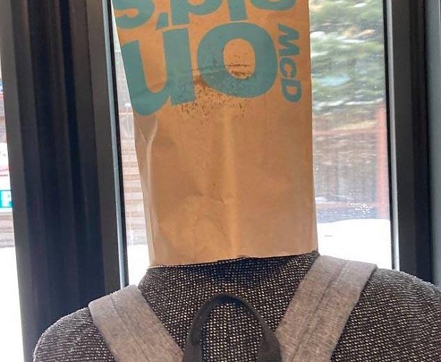 Usta i nos zakryte. Warszawski styl w autobusie