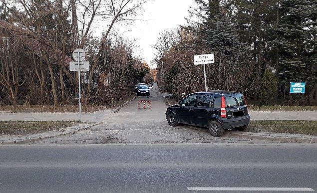 Porzucone auto blokuje stra¿akom wjazd. Remiza jest naprzeciwko
